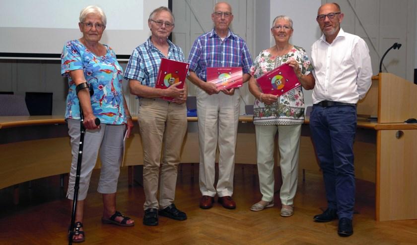 Wethouder Bert van Ravenhorst heeft een eerste exemplaar van het uitvoeringsplan uitgereikt aan de groep senioren die bij de totstandkoming betrokken zijn.