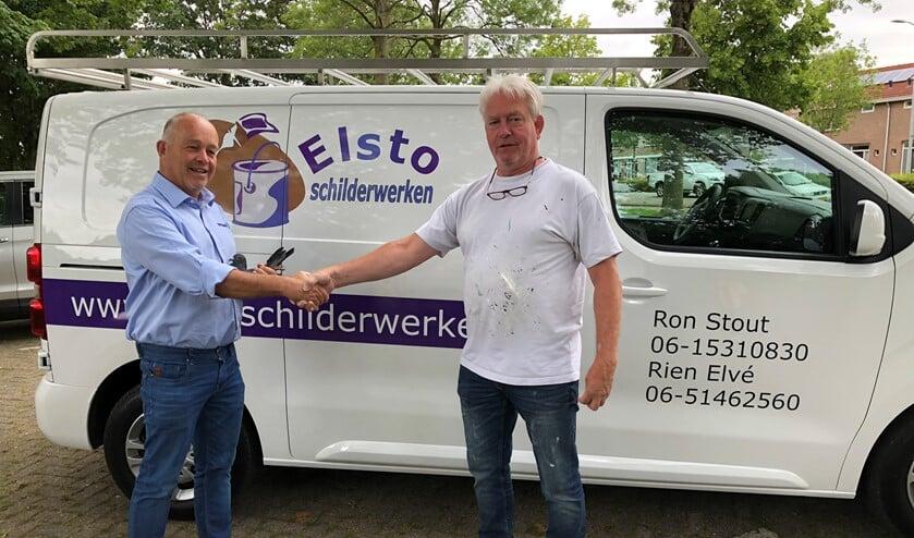 Ron Stout van Elsto Schilderwerken feliciteert de winnaar Piet de Vogel.