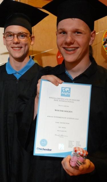 Uitreiking Anglia certificaten aan MAVO leerlingen van De Oude Maas die tot verrassing van hun ouders voor de gelegenheid volledig in toga en hoed gestoken waren.