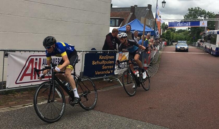 De Hellevoeter Marco Geleijnse (voorop) zag een top-10 plaats in de Ronde van Abbenbroek in de laatste 200 meter in rook opgaan. Foto DR