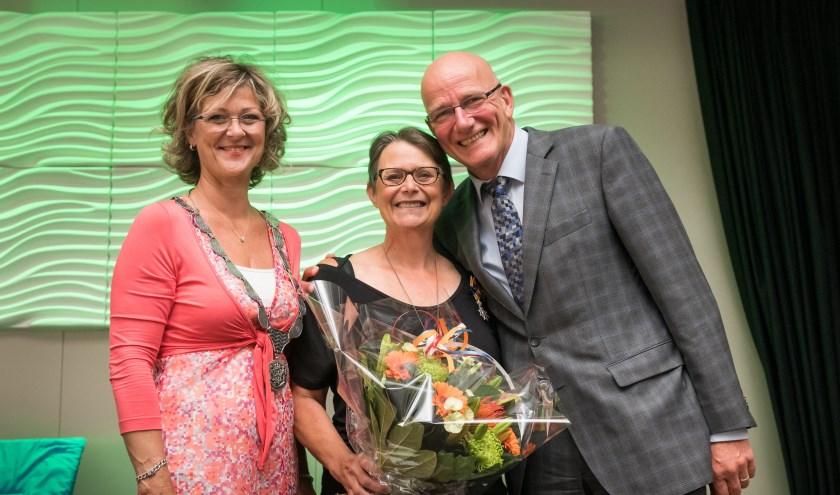 De burgemeester verraste Poula tijdens de receptie waar zij werd benoemd tot Lid in de Orde van Oranje-Nassau. (Foto: v Vossen)