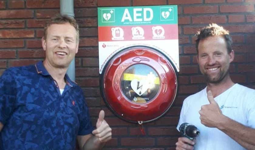 Marco Jansen (l) en Maurice van der Voort van bouwbedrijf Condubouw hebben AED  geplaatst.