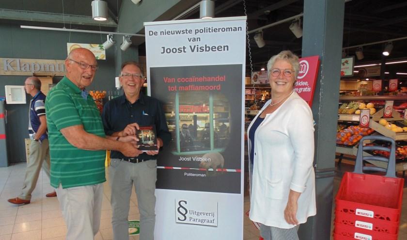 Jan en Ina Klapmuts krijgen het eerste exemplaar van Joost Visbeen. (Foto: Cora de Boed)