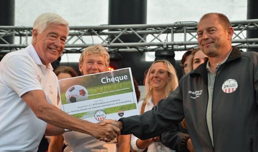 De overhandiging van de cheque (foto: Rinus van der Klooster)
