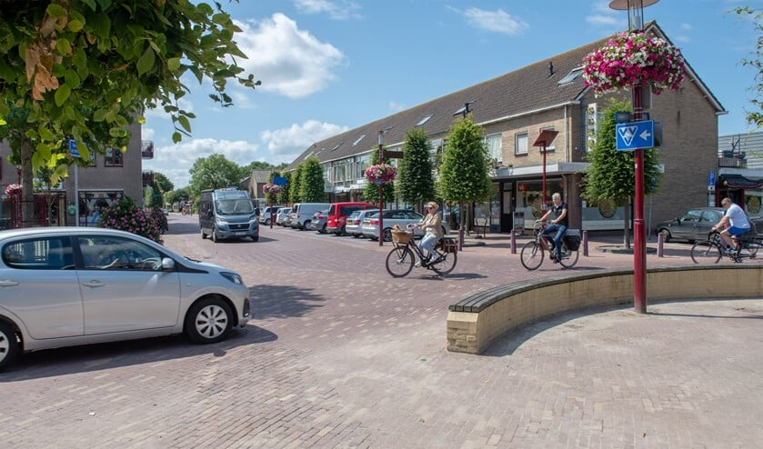 De Westvoornse gemeenteraad wil de verkeersproblematiek op het Dorpsplein in Rockanje snel aanpakken (foto Jos Uijtdehaage)