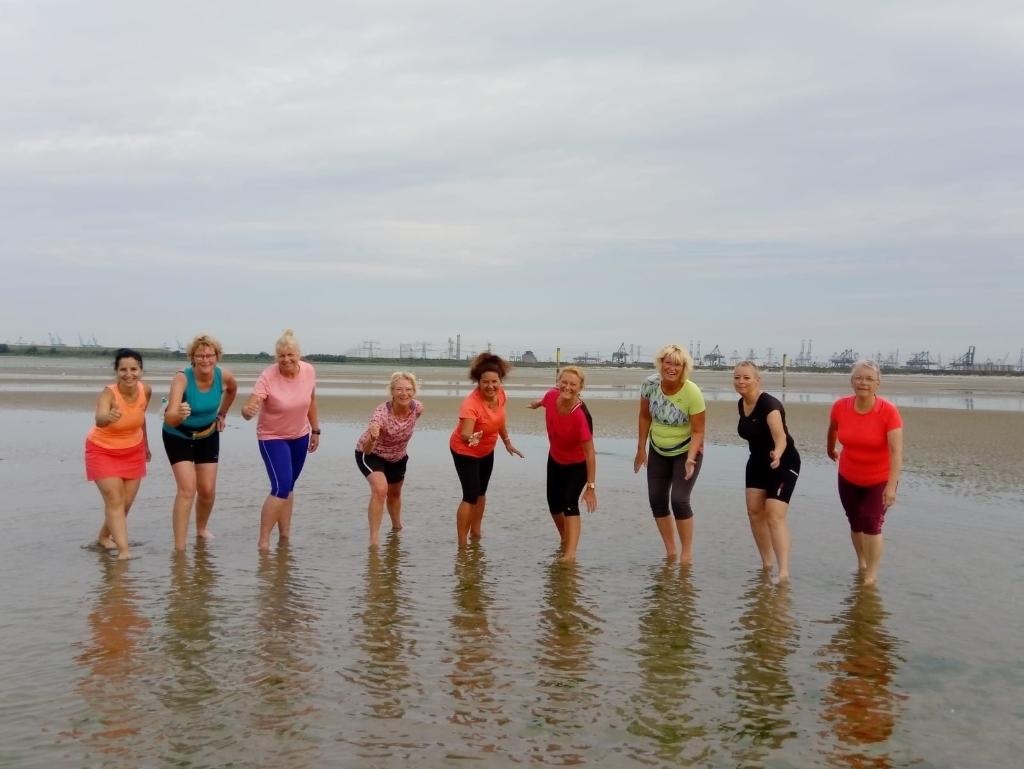 Met zijn allen genieten en trainen op het strand  © BrielsNieuwsland.nl