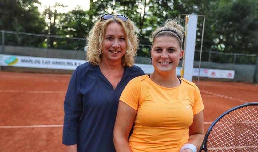 Annekemieke van de Wacht-Kruit (l) en Rebecca Swinkels (r) zagen het toernooi bij LTV Bernisse vlotjes verlopen.