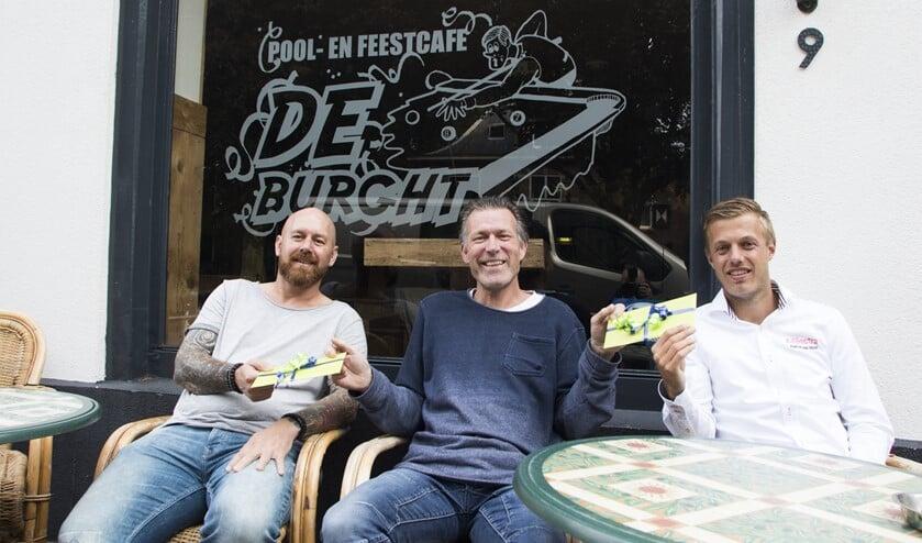 Vorig seizoen waren Daniël van de Beek (l) en Pascal van Hulst de eerste winnaars aan wie Ron Klein prijzen overhandigde. (Archieffoto: Wil van Balen).
