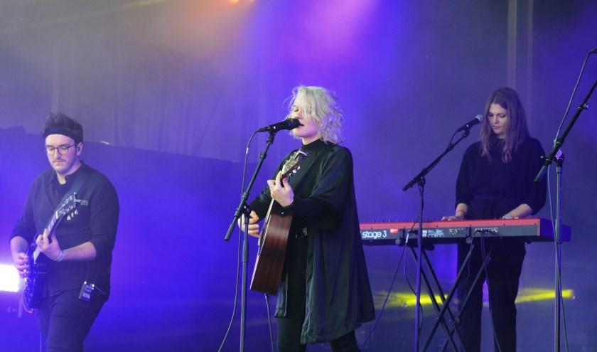 De Oostenrijkse AVEC is een folky singer-songwriter die met haar band  melancholische dromerige popliedjes zingt. Foto: (Ende Media)