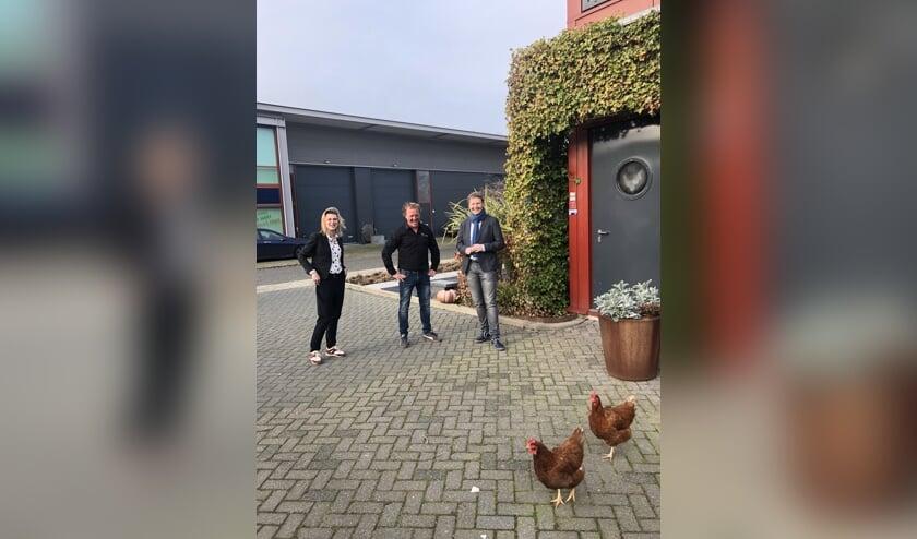 Aftrap duurzaamheidsproject door Arianne van der Wal (Van der Wal Bedrijfshuisvesting), Kevin Visser (Hoveniersbedrijf Buitenleven) en Igor Bal (wethouder gemeente Nissewaard).