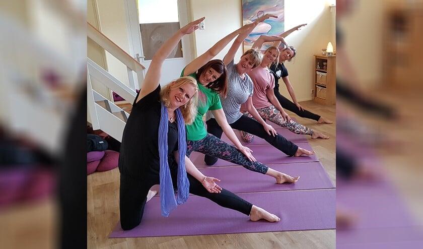 Yoga zorgt voor het loslaten van spanning, het verbeteren van de adem, het versterken van de spieren en soepeler maken van de gewrichten.