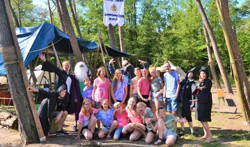 Tijdens het zomerkamp volgden de Scouts vol enthousiasme spannende toverlessen en heuse zwerkbalwedstrijden. Foto: (PR)