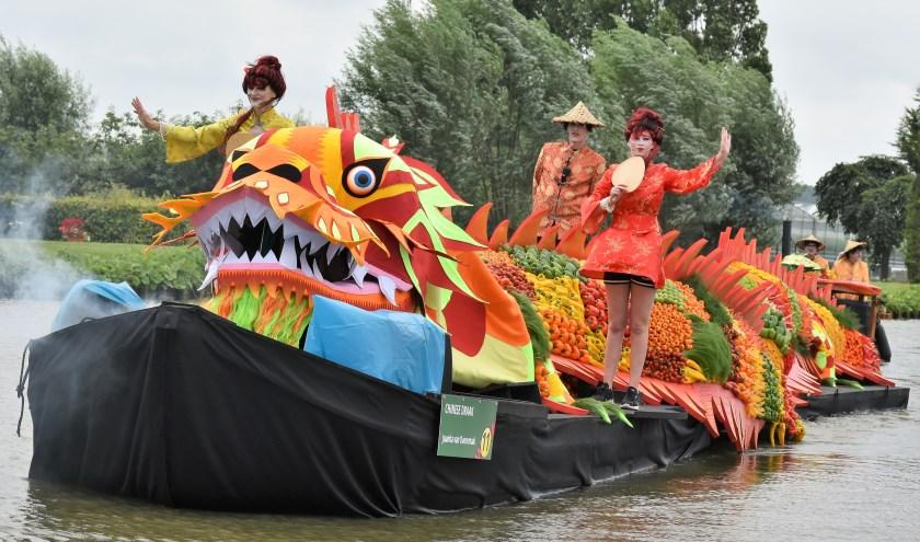 Corsoboot 'Chinese Draak' van de kern Honselersdijk van arrangeur Juanita van Dooremaal.