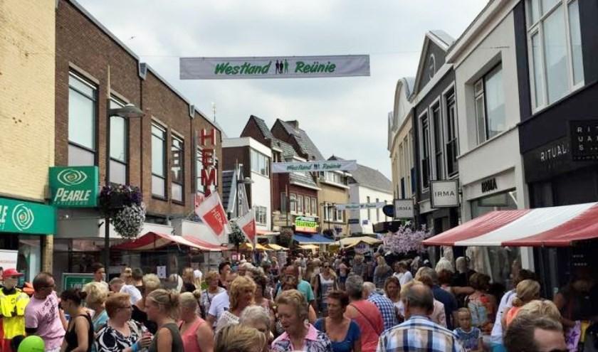 Tot en met zaterdag zijn de winkelstraten van Naaldwijk Winkelrijk sfeervol aangekleed met de gezellige kramenmarkt.