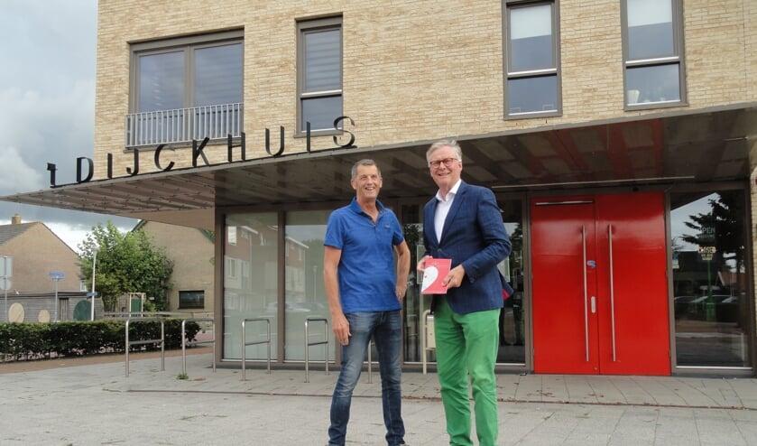 Wethouder André Schoon nam het nieuwe programmaboekje in ontvangst