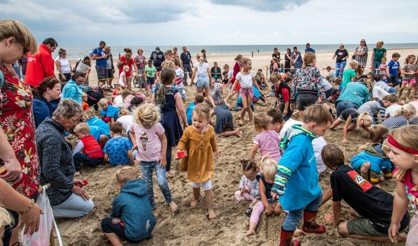 Ondanks het verre van ideale strandweer krioelde het vorige week woensdag van de schatgravers op het badstrand van Rockanje. (Foto: Jos Uijtdehaage).