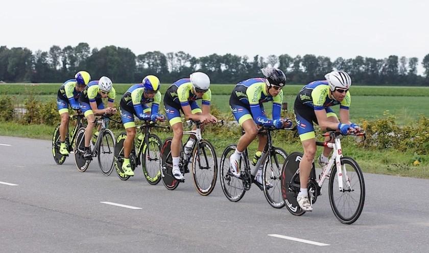 Wouter Roos: ''Het is mooi om de ploegentijdrit op zo'n hoog niveau te mogen organiseren. Ik hoop dat wij met de ploeg van Cyclingteam Flakkee buiten mededinging op ons parcours ook mogen rijden.'' Foto CTF.