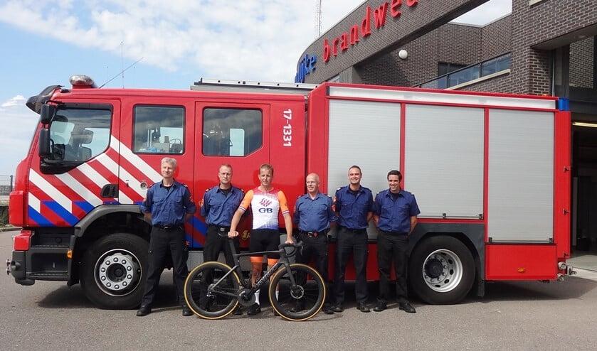 Jan Wouter Roos tussen zijn collega's bij de Maxima Kazerne tijdens het uitzwaai moment. (foto: Gezamenlijke Brandweer)