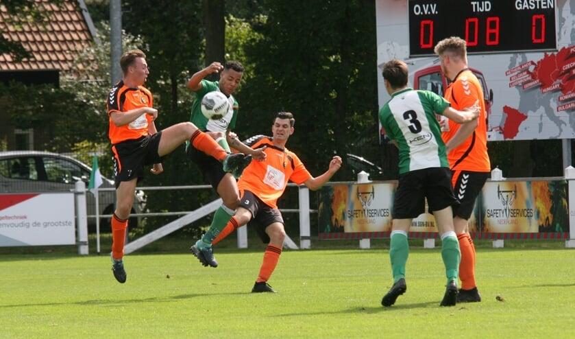 André Breinburg (OVV) verijdelt een aanval van Rockanje. (Foto: Wil van Balen).