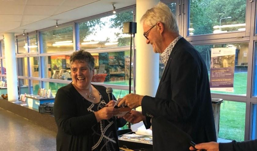 Wethouder Piet Vreugdenhil nam het eerste exemplaar van het boekje Durf! in ontvangst.