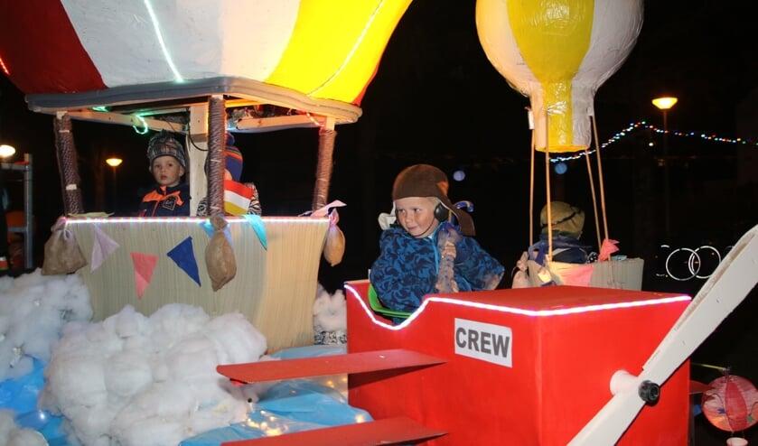 (Lucht)ballonnen waren voor veel deelnemers aan de lampionoptocht van Oostvoorne de vorm waarin het thema 'te Land, ter zee en in de lucht' werd uitgewerkt. (Foto: Wil van Balen).