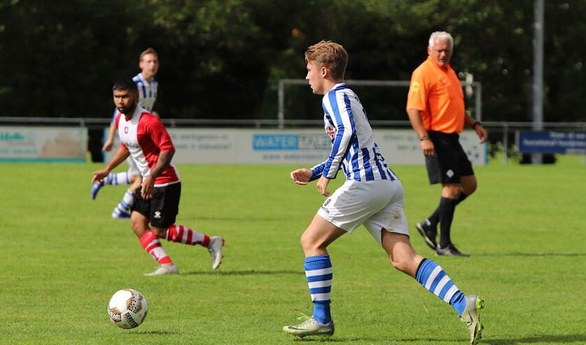 Dion van Gilst is nog maar 23 maar toch al een van de meer ervaren spelers in het jonge elftal van Zwartewaal. (Foto: Peter de Jong).