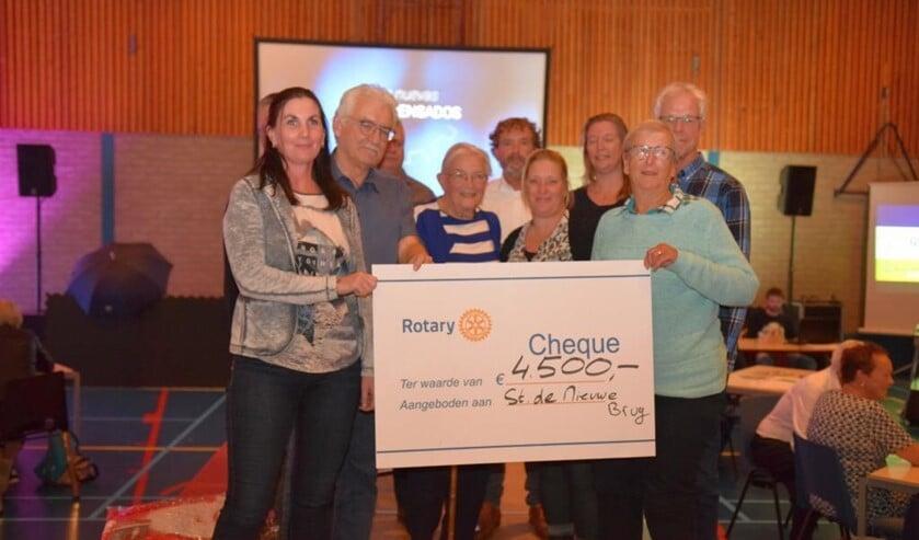 Een mooie cheque kon worden uitgereikt aan De Nieuwe Brug.