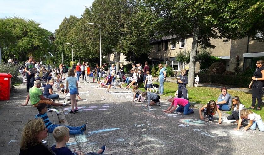 Het naar afgelopen zondag uitgestelde straattekenen in Rockanje voltrok zich onder een lekker zonnetje.