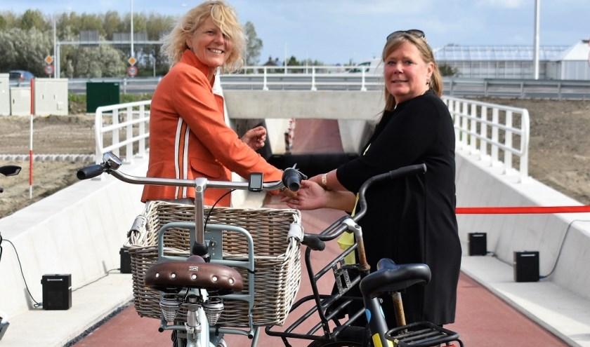 Wethouder Karin Zwinkels en Irma Kenter (Directeur Mobiliteit & Milieu Provincie Zuid-Holland)openden donderdag de nieuwe fietstunnel.