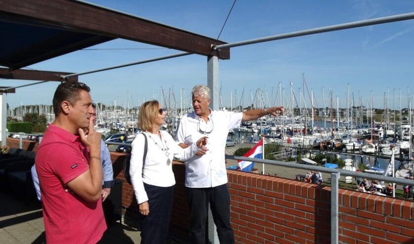 Voorzitter John Roos in gesprek met burgemeester Junius en wethouder Spoon
