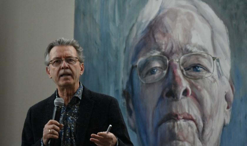 Oud-nieuwslezer Gijs Wanders aan het woord tijdens de opening van de expositie 'Gezichten van Dementie' in de Oude Kerk, Naaldwijk.