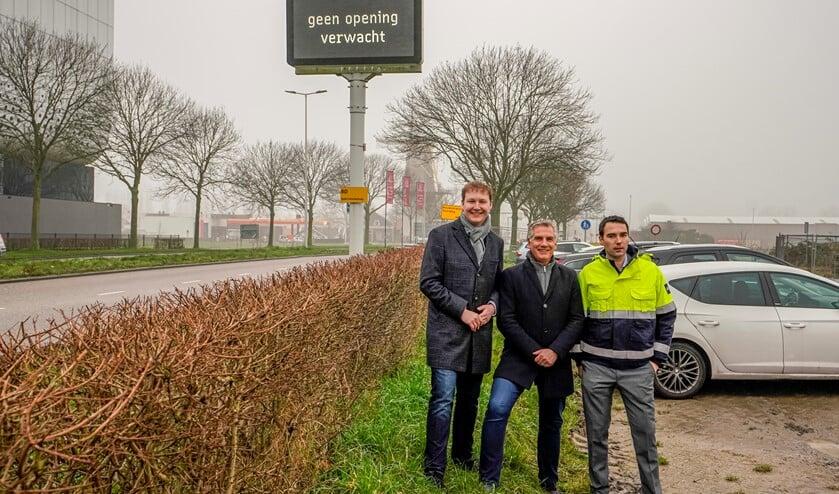 Wethouder Bal, Bart Keunen (Rijkswaterstaat) en Dirk Kok van het Havenbedrijf (vlnr.) bij de inwerkingstelling van de brugopeningsvoorspeller.