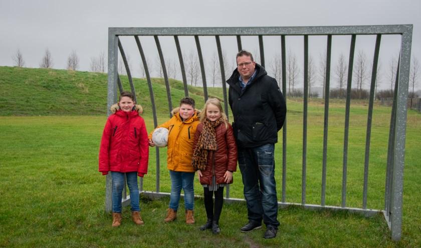 Wethouder Berend Jan Bruggeman nam zelf een kijkje op het natte voetbalveldje bij de Berg in Sommelsdijk. Hij gaat kijken naar een goede oplossing.   Foto: Sam Fish
