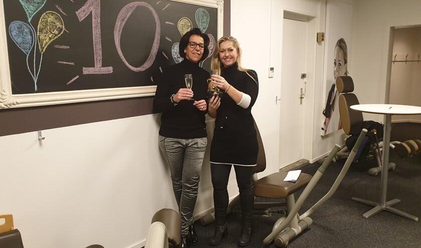 Petra Jacobs (links) geeft het stokje over aan Carola Schenk die zoveel mogelijk vrouwen van de bank wil.