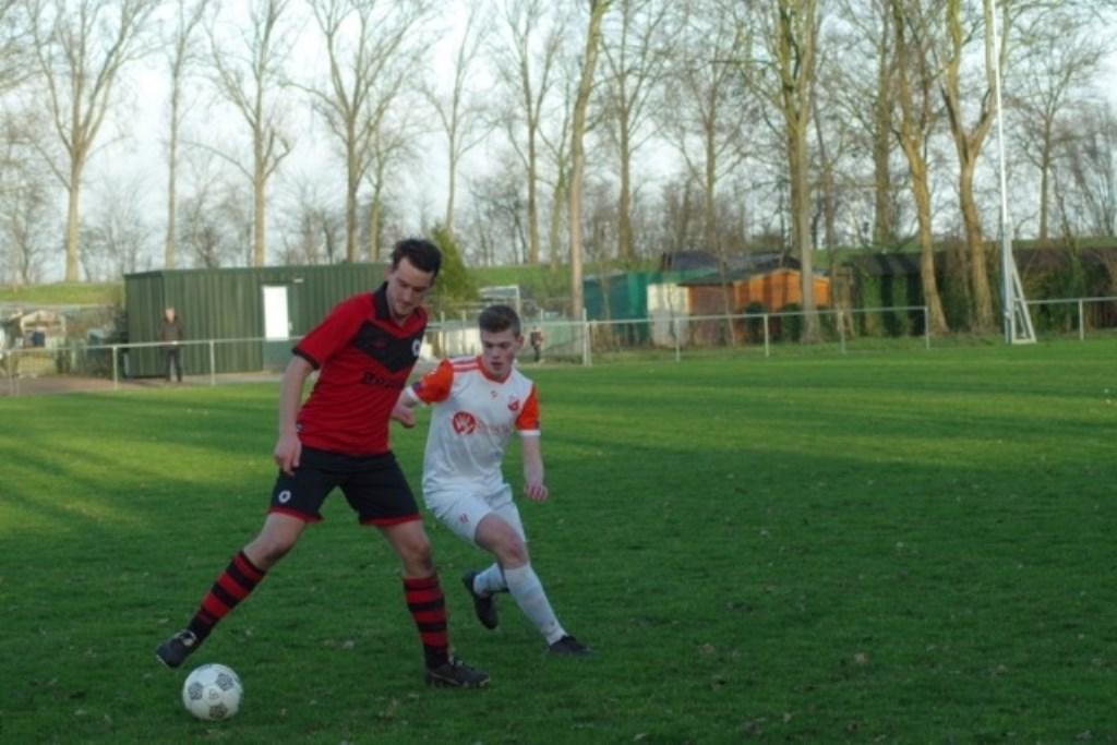 Tony Hoekstra (links) in duel met Daniel Mullenberg.  © GGOF.nl