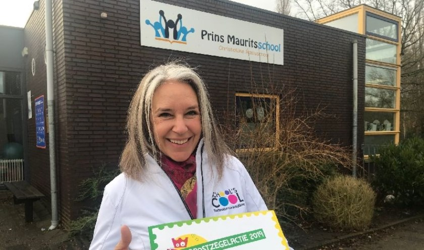 Wendy Enthoven mocht namens School's cool Westland een cheque van 650 euro in ontvangst nemen.
