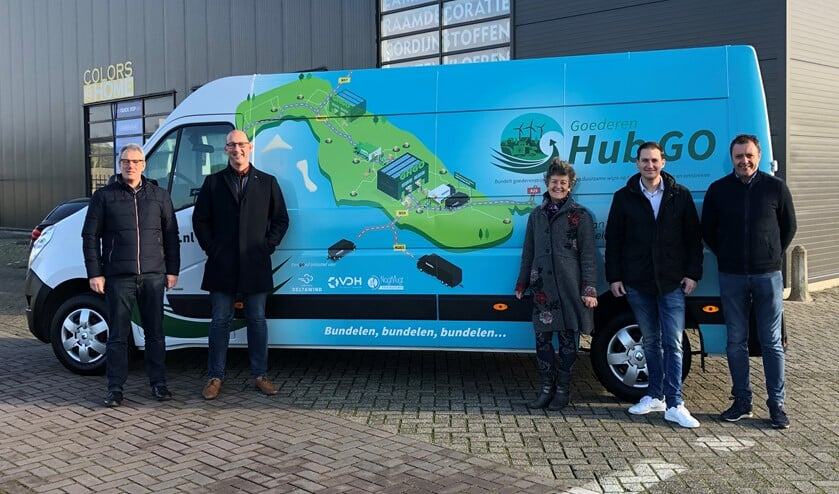Vertegenwoordigers van de deelnemende organisaties voor de elektrische bus, waarmee de pakketten over het eiland vervoerd worden.