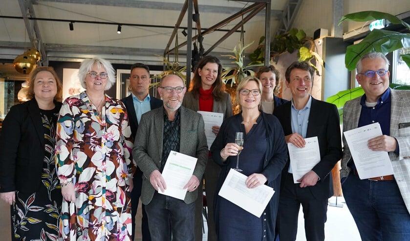 De acht ondertekenaars met 2e van links Marieke van Werkhoven