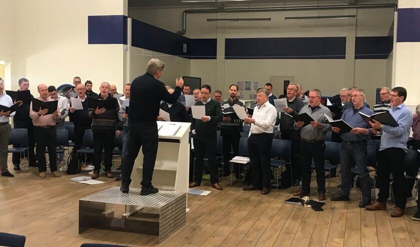 Het 50-leden tellende Christelijk Ouddorps Mannenkoor zingt psalmen en geestelijke liederen.