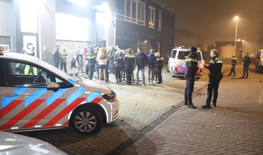 De politie beëindigde in de vroege ochtend van nieuwjaarsdag een illegaal feest in een bedrijfspand aan de Ambachtstraat in Naaldwijk, waarbij zo'n tweehonderd jongeren aanwezig waren.