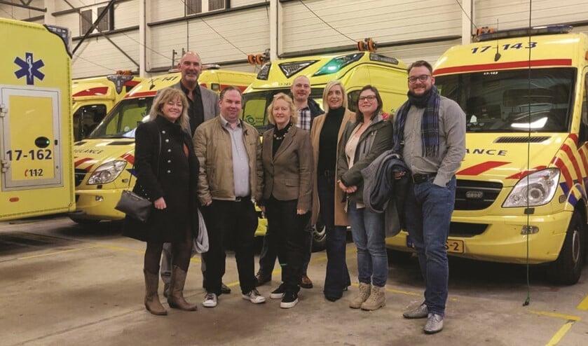 Op de foto staan vertegenwoordigers van de Nissewaardse VVD, de directeur van Ambulancezorg Rotterdam Rijnmond Arie Wijten en VVD-Kamerlid Antoinette Laan die meeging op bezoek.