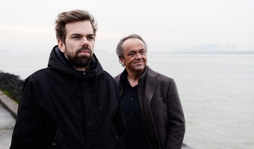 De bekende Flakkeese musici Martin en Jos Mans, vader en zoon, zijn beiden hun eigen weg gegaan in de muziek maar bundelen in dit project hun krachten en vullen elkaar aan.