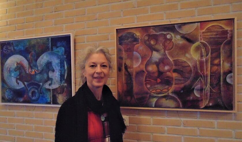 Karin Roozemond bij haar werken. Foto: Cora de Boed