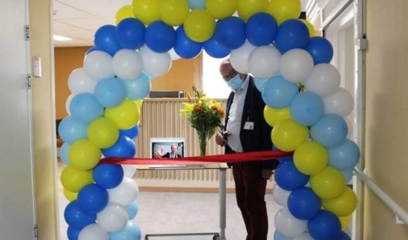 <p>Paul van der Velden, bestuurder Spijkenisse Medisch Centrum. En op de laptop: burgemeester Foort van Oosten en wethouder Wouter Struijk die de opening digitaal bijwoonden.</p>