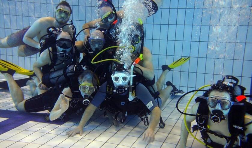 De duikers van Delta Divers komen wekelijks op vrijdagavond bijeen in het zwembad van De Meander in Oostvoorne.