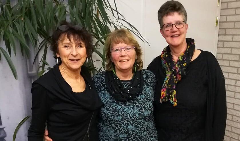 Ina Los, Maria Evers en Ciska Koole zorgen voor een gezellige viering in Ons Dorpshuis Nieuwe-Tonge.