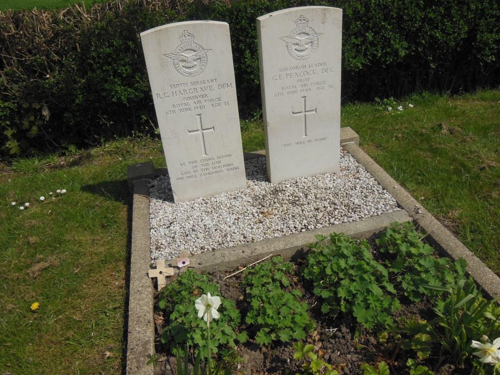 De op 6 juni 1940 omgekomen vliegers liggen begraven in Simonshaven.  Foto: E. Gregoire-Dubel © GrootNissewaard.nl