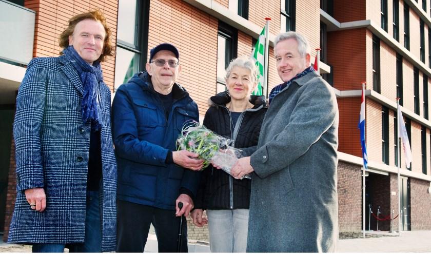 Het echtpaar Koornneef ontving als eerste de sleutel van hun nieuwe appartement.