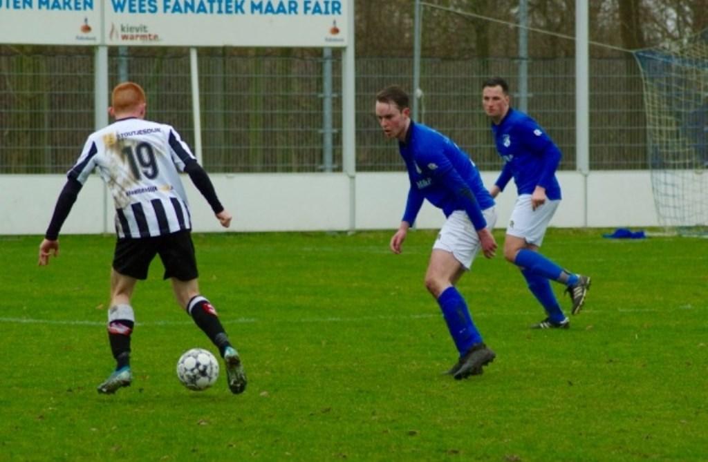 Martijn Bakker, een van de betere spelers deze middag kopt de bal weg.  © GGOF.nl