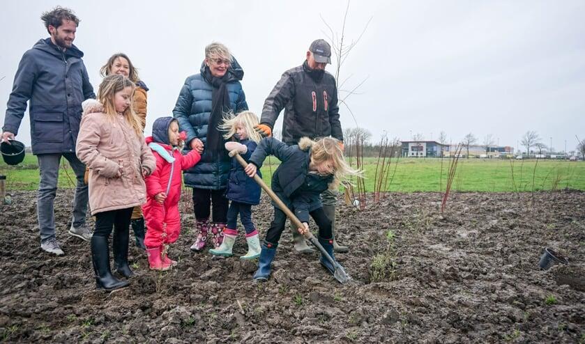 De familie Riedijk vierde dit  met hun kinderen en kleinkinderen die ieder een vlinderstruik mochten planten.